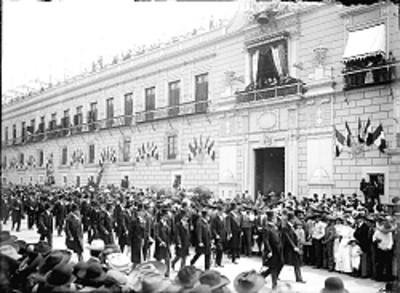 Procesión cívica frente a Palacio Nacional durante las fiestas del Centenario de la Independencia
