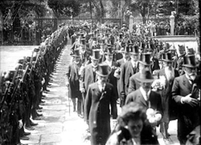 Hombres caminan en medio de valla de militares