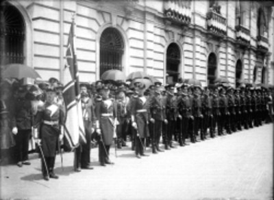 """Marinos y cadetes del crucero alemán """"Freya"""" forman valla en una calle"""