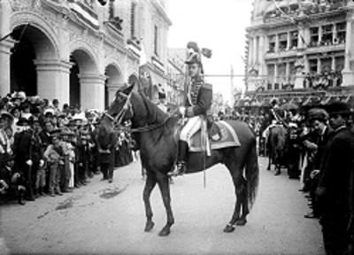 Hombre personifica a Agustín de Iturbide durante los festejos del centenario de la Independencia
