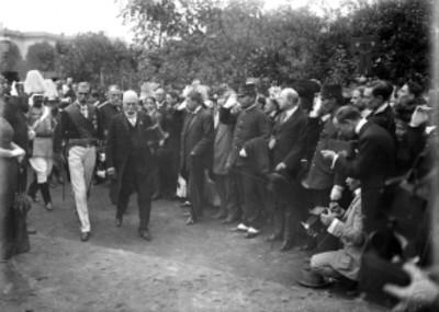 Porfirio Díaz acompañado de Paul Lefaivre y comitivas durante un acto público