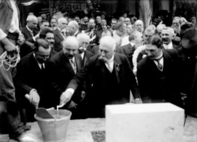 Porfirio Díaz y Paul Lefaivre colocan la primera piedra del monumento a Pasteur durante una ceremonia