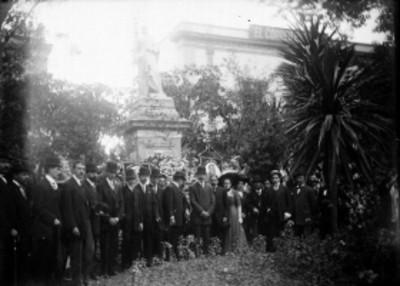 Funcionarios públicos al pie de un monumento, retrato de grupo