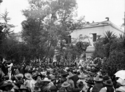 Gente alrededor de una estatua durante una ceremonia