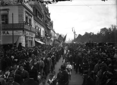 Gente durante el traslado de la pila bautismal en la que fue bautizado Miguel Hidalgo y Costilla