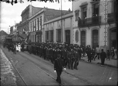 Comitiva que encabeza el desfile de la pila bautismal de Miguel Hidalgo y Costilla