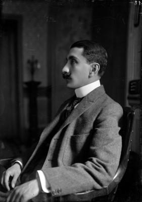 Luis Castillo Ledón, retrato de perfil