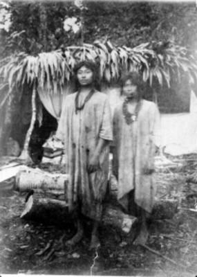 Mujeres indígenas lacandones bajo un árbol, retrato