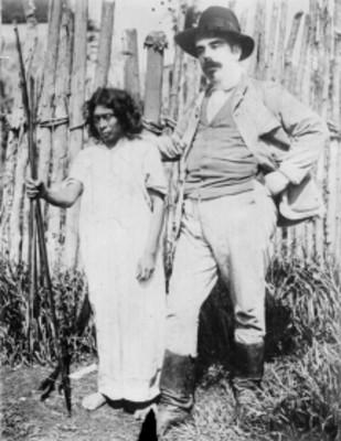 Hombre con indígena lacandón, retrato