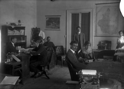 Hombres y mujeres laboran en una oficina del Museo Nacional