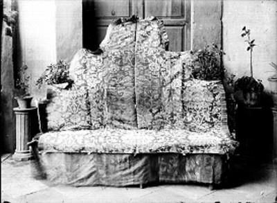 Sillón cubierto con bordados de figura litomorfa
