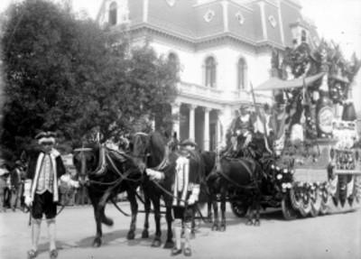 """Carro alegórico de la """"Compañía Cervecera de Toluca, S.A."""", durante desfile"""