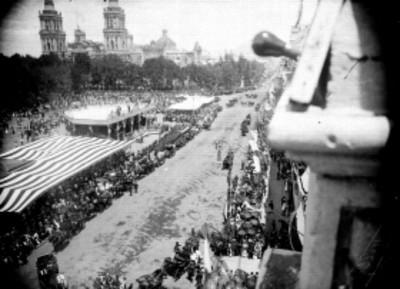 Panorámica de desfile de carruajes por la plaza de la Constitución