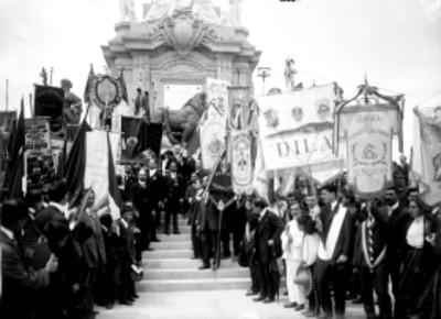 Guillermo de Landa y Escandón y miembros de sociedades mutualistas al pie del Monumento a la Independencia