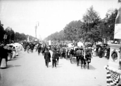 Desfile comercial durante los festejos del centenario