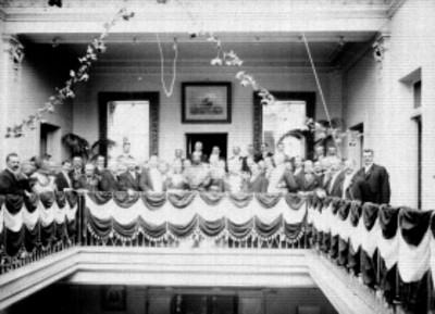 Funcionarios públicos frente a barandal, retrato de grupo