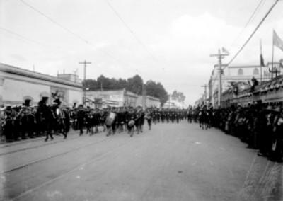Desfile militar con motivo de las fiestas el centenario