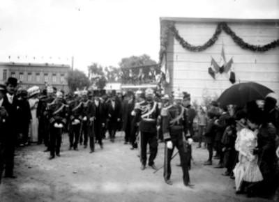 Porfirio Díaz y comitiva caminan por una calle durante los festejos del centenario