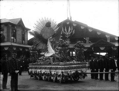 Carro alegórico con la pila bautismal de Miguel Hidalgo sale de la estación de Buenavista rumbo al Museo Nacional
