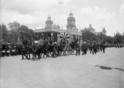 Carro alegórico con las reliquias de Morelos durante las Fiestas del Centenario
