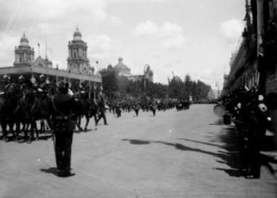 Banda de guerra militar durante el desfile de las Fiestas del Centenario