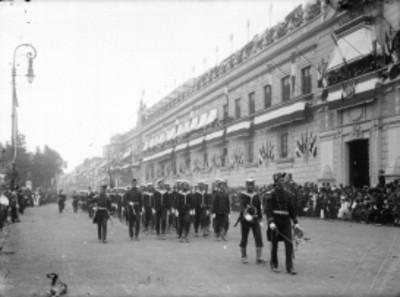 """Marinos brasileños del """"Benjamin Constant"""" desfilan frente a Palacio Nacional"""
