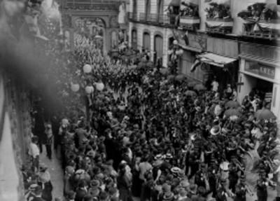 Banda de guerra desfila por calles de la ciudad de México