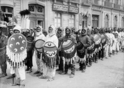 Contingente de guerreros tlaxcaltecas participan en el desfile de las Fiestas del Centenario