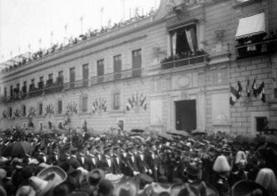 Contingente desfila frente al balcón principal de Palacio Nacional en la Fiestas del Centenario
