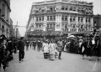 Contingente con representación de la Malinche durante el desfile histórico en el Centenario