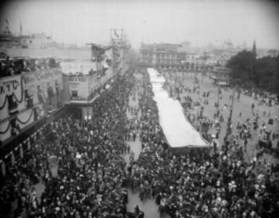 Contingente militar desfila frente a Palacio Nacional durante las Fiestas del Centenario