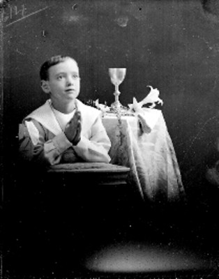 Niño hincado en un reclinatorio, retrato