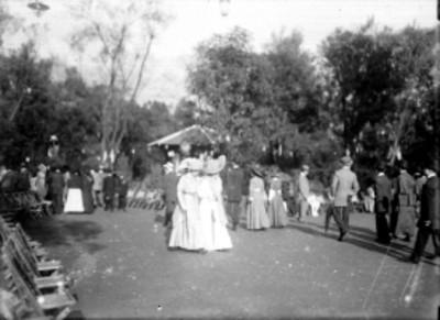 Gente durante evento social en un parque