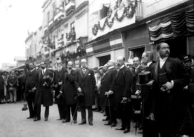 Guillermo de Landa y Escandón acompañado de funcionarios durante la inauguración de la placa en honor a Isabel La Católica
