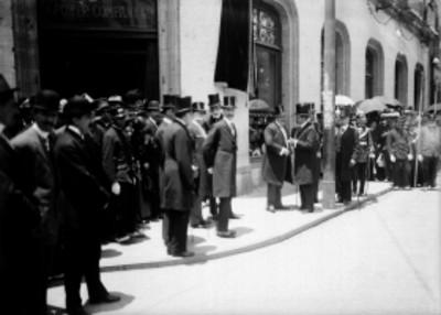 Funcionarios conversan antes de la inauguración de la placa en la avenida Isabel La Católica
