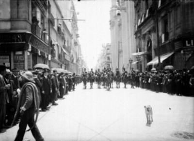 Militares a caballo se dirigen a la inauguración de la Placa en la avenida Isabel La Católica