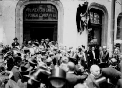 Porfirio Díaz y funcionarios durante inauguración de la placa en la avenida Isabel La Católica