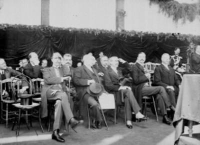 Funcionarios asistentes a la ceremonia de colocación de la primera piedra del Palacio Legislativo
