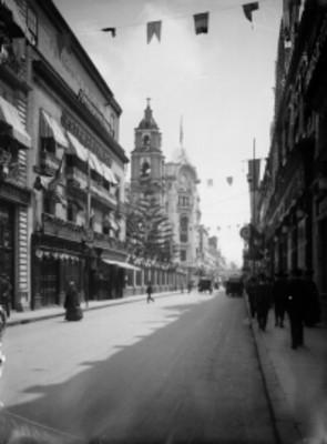 Vida cotidiana en una calle durante las Fiestas del Centenario