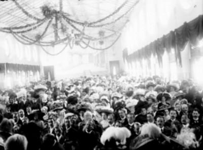 Asistentes a la inauguración del Manicomio General de La Castañeda, en Mixcoac