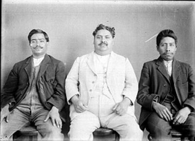 Amado Hernández, Antonio Villalobos y el peluquero del Museo Nacional, retrato