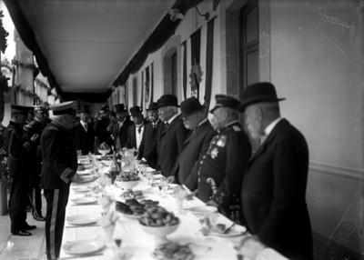 Militares y funcionarios en banquete de la Fábrica de polvóra Santa Fe