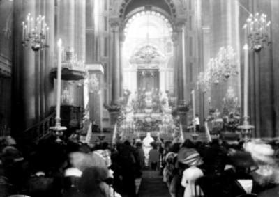 Gente durante misa en la Basílica de Guadalupe