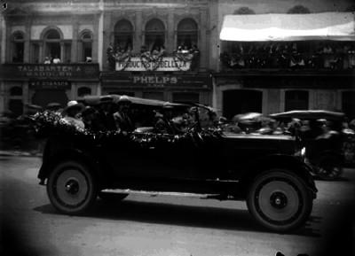 José María Carpio, su esposa y otros funcionarios abordando un automóvil durante un evento