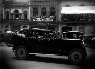 José María Carpio, su esposa y otros funcionarios abordando un autómovil durante un evento