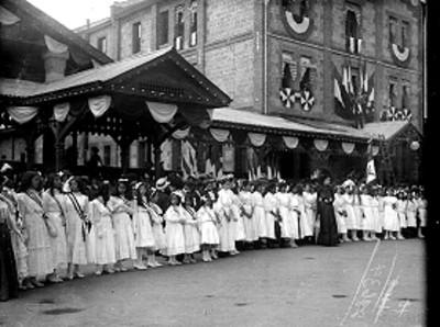 Niñas hacen valla durante ceremonia pública