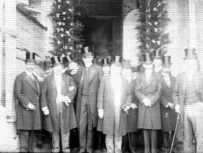 Hombres durante una ceremonia en los festejos del centenario, retrato