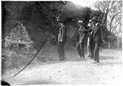 Alfonso Cravioto Mejorada con otros hombres en un camino