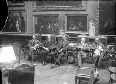 Félix Fulgencio Palavicini con otros hombres en un salón, retrato de grupo