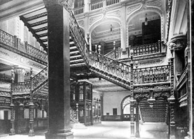 Escaleras del edificio de correos, vista general